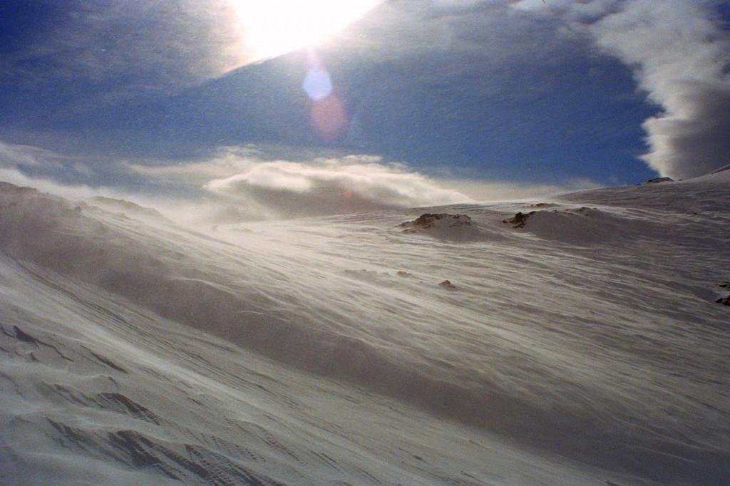 wichura zabiera śnieg z Port Albi, Pireneje, luty