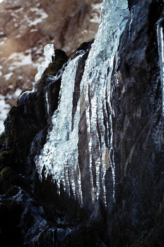 lód, który wieczorem znienacka wyrósł na podejsciu do schronu Mont Roig w Pirenejach