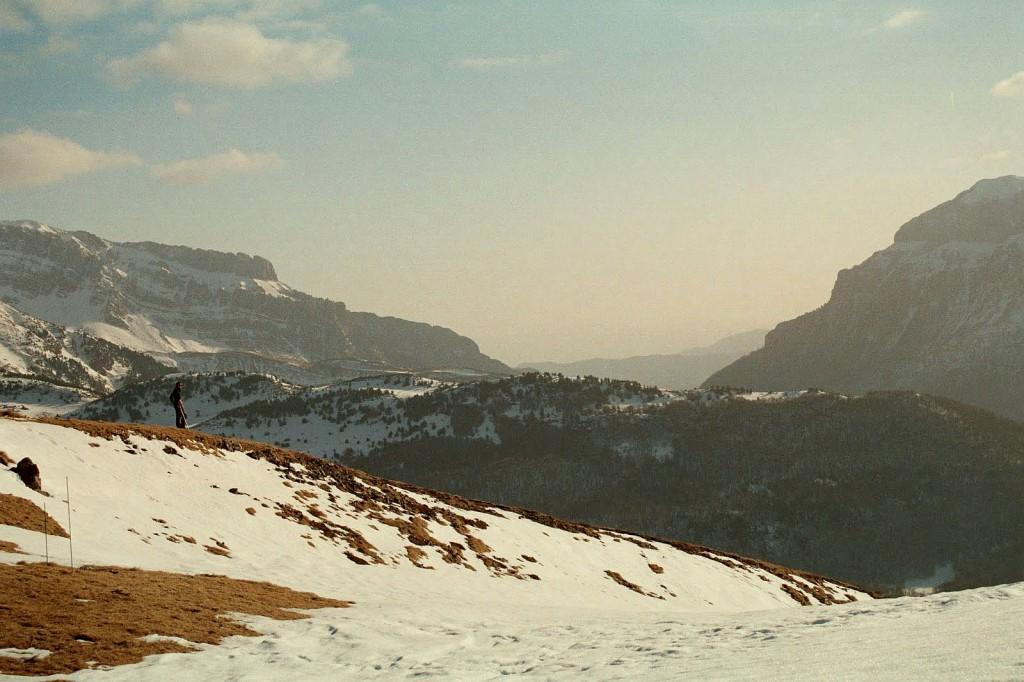 widok ze znakowanej ścieżki na Col de Pau w kierunku doliny Echo
