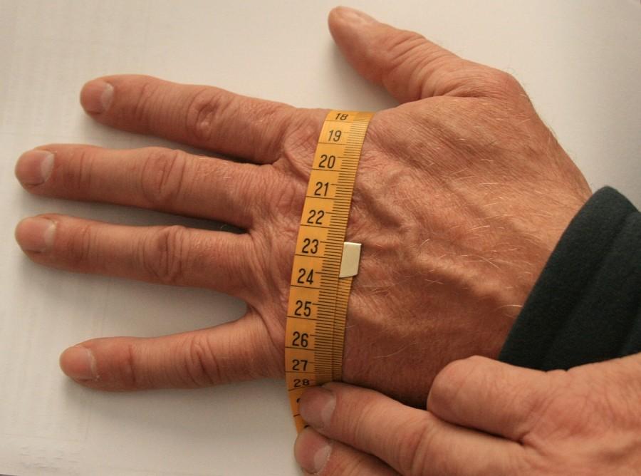 rączka rączkę mierzy