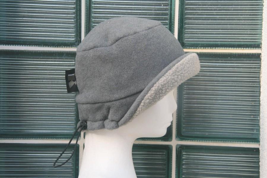 Uszatek, można go nosić jak kapelusz, albo jak zakrywającą uczy ( lub nie) czapkę z daszkiem