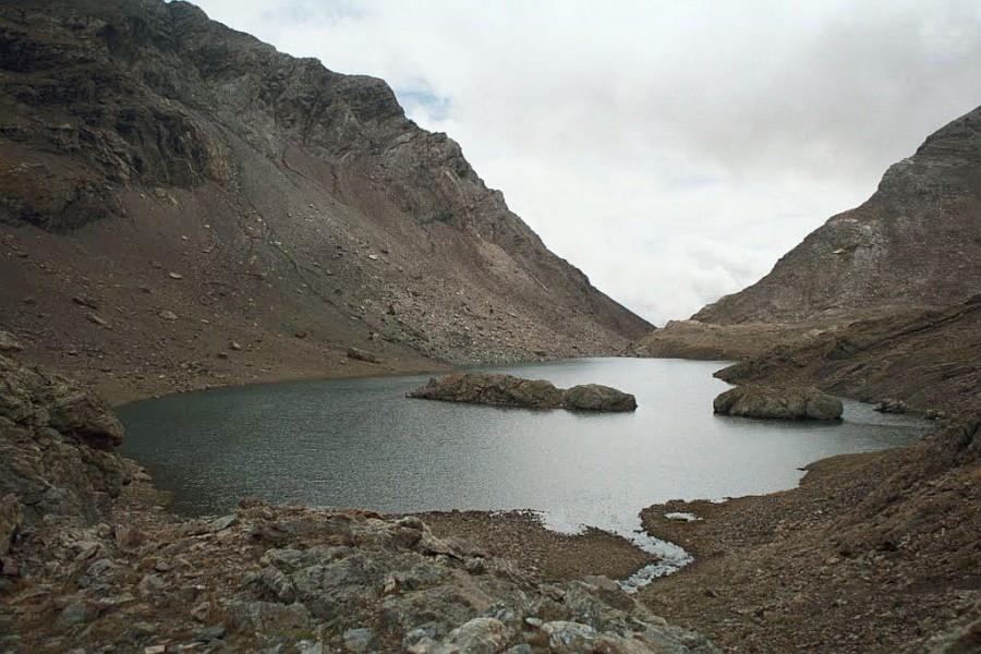 najniższe z jeziorek, tym żlebem prowadzi łatwe zejście