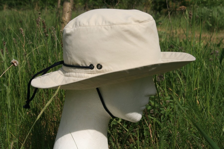 kapelusz kowbojski ze sznurkiem pod brodą