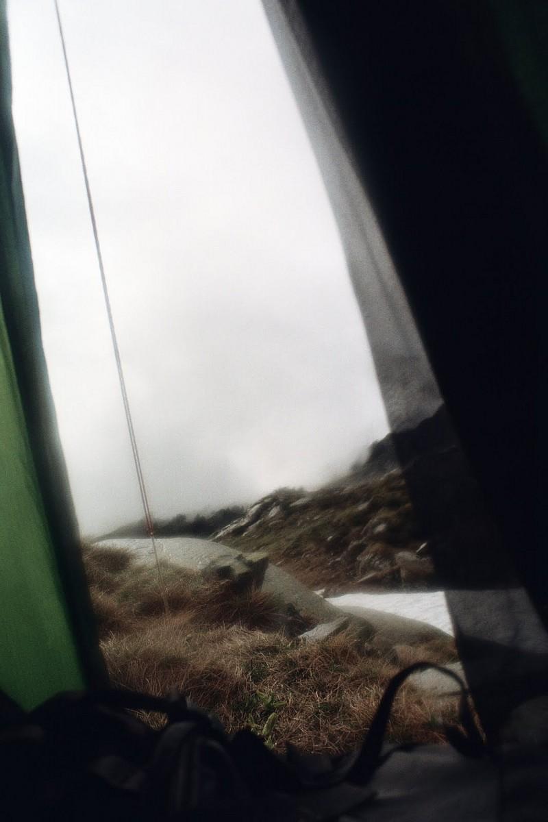 kłęby mgły. Pireneje, czerwiec2010,w pierwszej chwili, wydawało mi się, ze to zdjęcie ejst nieostre, ale to tylko mgła, aparat widzi więcej niż oko, w rzeczywistości mgła wydawała się gęstsza, aż wciskała się do namiotu.