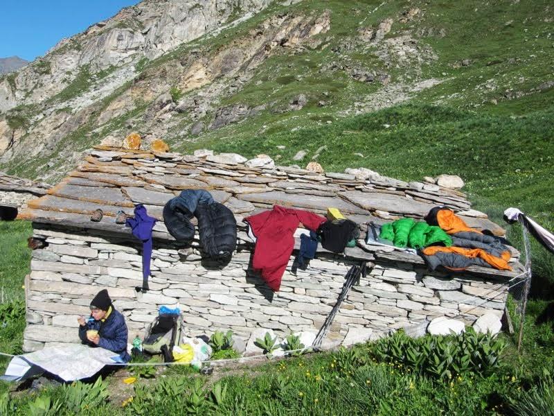 poranek w wilgotnej cabanie, Alpy czerwiec fot Jose Antonio de la Fuente