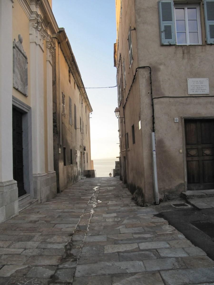uliczka przy starym porcie, fot Jose Antonio de la Fuente