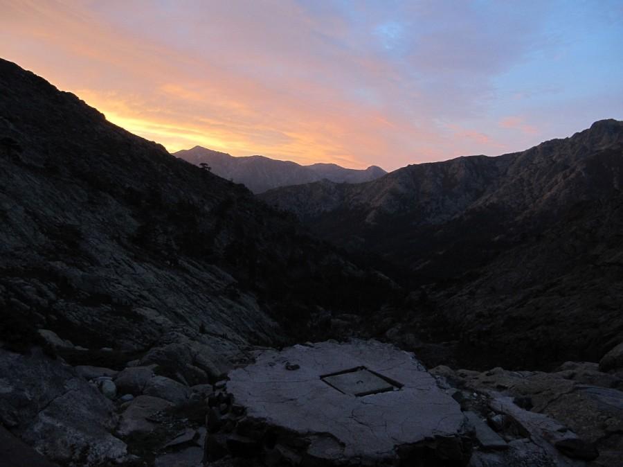 poranny widok w dół spod Schroniska Tighiettu, fot Jose Antonio de la Fuente