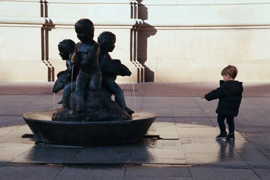 fontanna na rynku przed Pilar