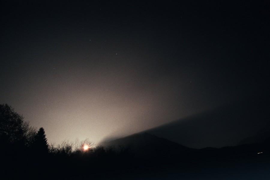 wschód ksiżężyca nad zamgloną doliną