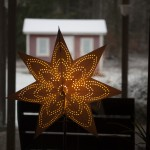 świąteczne ozdoby w każdym oknie
