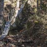 wiszący most na drodze do Evisy, Korsyka, styczeń