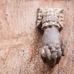 drzwi w kamienicy w Siguer