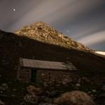 cabana obok schroniska Coma de Vaca przy księżycu