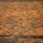 podziurkowana rakami podłoga