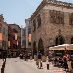 centrum Perpignan pelne katalońskich flag