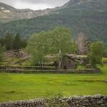 opuszczone zabudowanie na zejściu do Areu