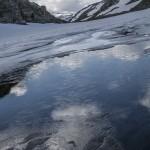 świeży lód na zacienionym stawku