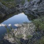 skalne szczeliny prawie zawsze wypełnia woda- Sognefjell to mnóstwo stawków