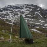 nasz namiocik suszący się pod schroniskiem