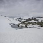 nieznakowana droga zaśnieżoną doliną