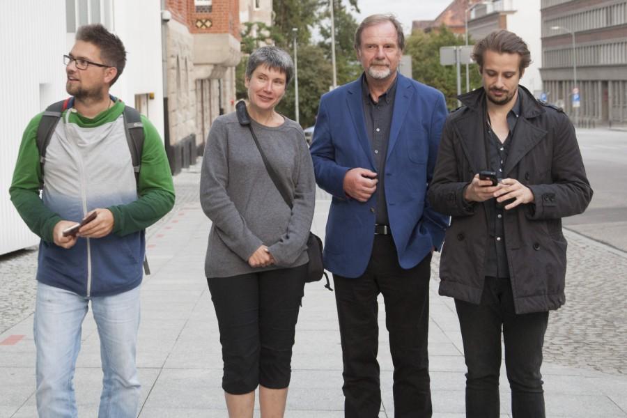 od lewej Kristian Bielatowicz, ja Chris Niedenthal i Kuba Kamiński obserwujący ciekawie ubranego pana pod wejściem głownym do szczecińskiej Filharmonii fotografia autorstwa mojej córki
