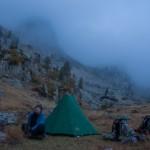 troszkę nieostre, być może z powodu mgły- jeden z naszych w miarę ciepłych biwaków, pd Costaboną bluza Polarna Plus