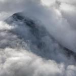 chmury przedzierające się przez grań, Alpy Nadmorskie