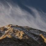 lodowe chmury pięknie rozwiewane przez wiatr