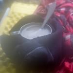 Skarpetki walonki suszone na gorącym kubku