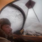 namiot zimą- śnieg w przedsionku