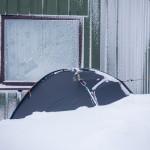 namiot zimą -odciągi